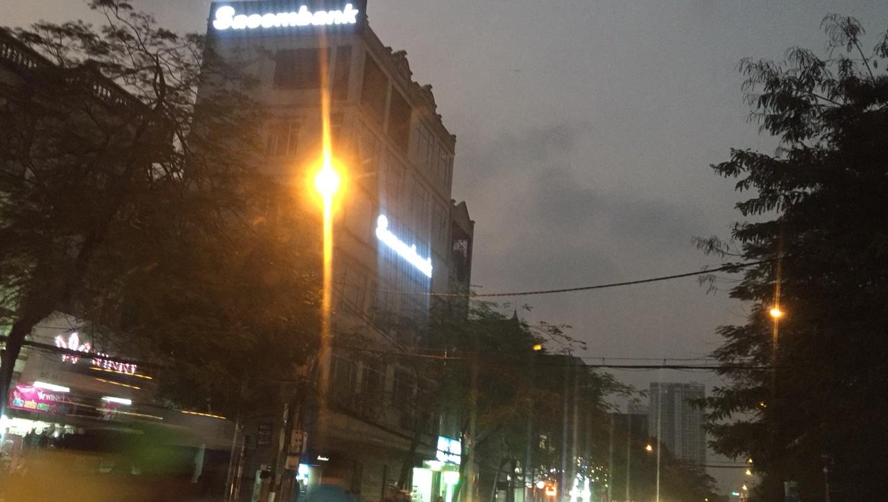 Thi công biển hiệu trên nóc tòa nhà